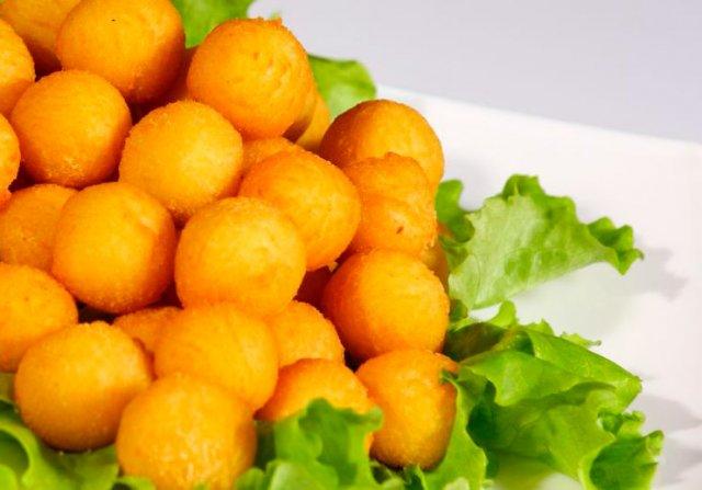 Золотистые картофельные шарики во фритюре