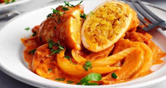 Кальмар, фаршированный сочным рисом и запеченный в остром томатном соусе.