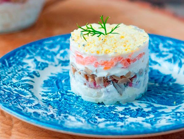 Салат-сэндвич с копчёным лососем