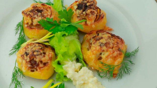 Картофель, фаршированный мясом и запечённый в духовке