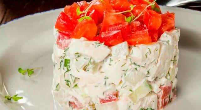 Салат «Оливье» с куриным мясом и помидорами
