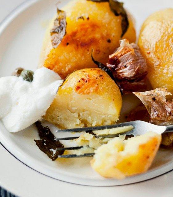 Картофель запечённый с чесноком и травами в горшочке по-деревенски