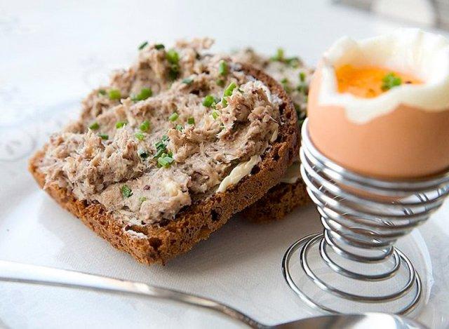 Бутерброды на завтрак с сардинами, маслом и зелёным луком