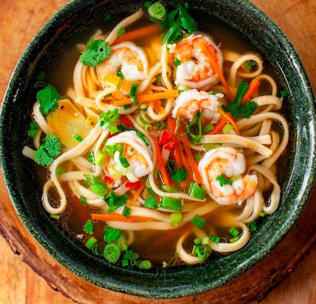 Суп восточный с лапшой и креветками