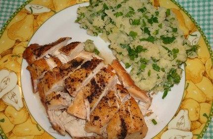 Филе куриной грудки, запеченное в вине, с гарниром из картофельного пюре с зеленью