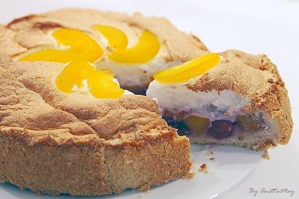 Пирог вишнево-персиковый с безе