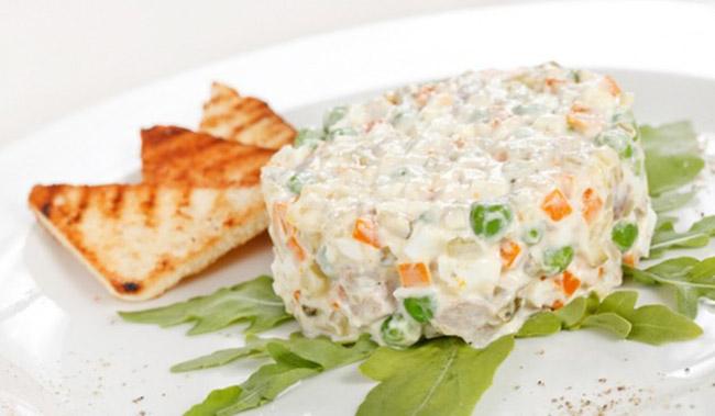 Рецепт приготовления картофельного салата с горохом и кукурузой