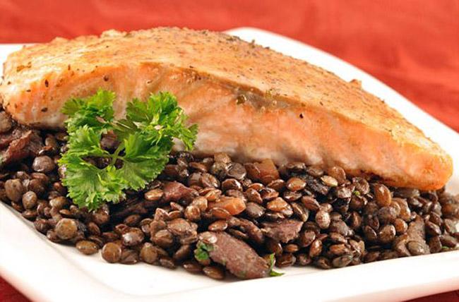 Рецепт приготовления маринованного лосося в соусе с чечевицей.