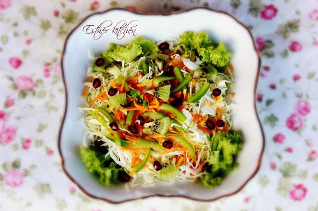 Рецепт приготовления салата из моркови и капусты с витаминными приложениями.